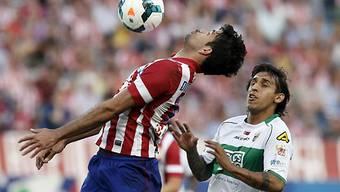 Atleticos Diego Costa (links) setzt sich gegen Damian Suarez durch