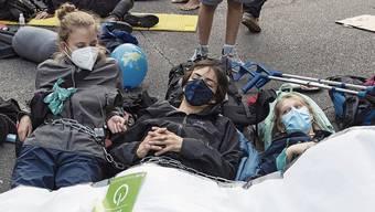 Protestieren an symbolischer Stelle: Klimaaktivisten bei der illegalen Besetzung des Bundesplatzes.