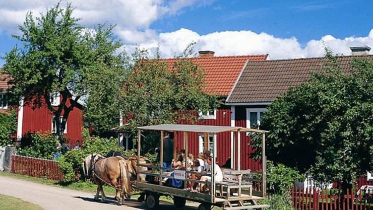 """Im mittleren dieser drei Häuser in Vimmerby wuchs Astrid Lindgrens Vater auf. Das Häuschen bildete die Kulisse zu Lindgrens Kinderbuch """"Wir Kinder aus Bullerbü"""" und von der gleichnamigen Verfilmung durch Lasse Hallström. Nun steht es für knapp 100'000 Franken zum Verkauf. (Pressebild Gde Vimmerby)"""
