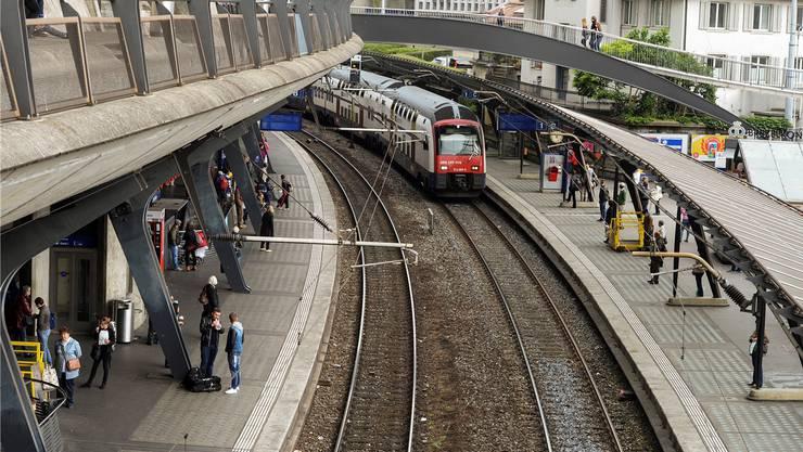 Der Bahnhof Zürich Stadelhofen soll um ein viertes Gleis ausgebaut werden. (Archiv)