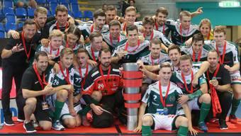 Den ersten Titel durften die beiden finnischen Neuzugänge schon feiern: Mit dem SV Wiler-Ersigen gewinnen Joonas Pylsy (2. Reihe, 1. v.l.) und Krister Savonen (2. Reihe, 3. v.l.) vor dem Saisonstart den Supercup gegen die Tigers Langnau.