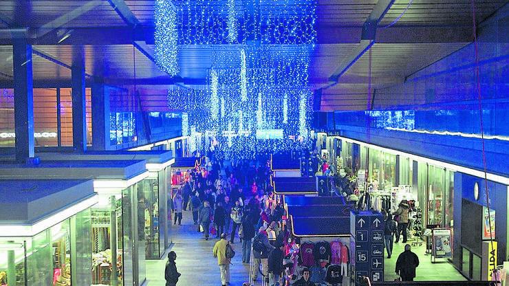 2004: Am Bahnhof leuchtete die Weihnachtsdekoration über dem Weihnachtsmarkt.