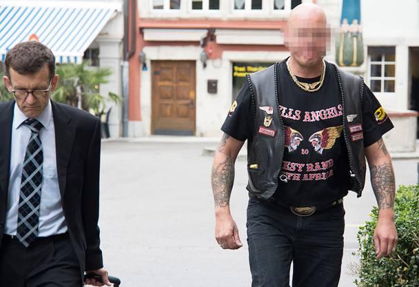 Hells-Angels-Mitglied Marc S. mit seinem Verteidiger am Donnerstag vor dem Bezirksgericht in Lenzburg.