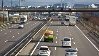 Hier, auf der Autobahn A1, soll zu Spitzenzeiten künftig der Pannenstreifen als vierte Spur fungieren.