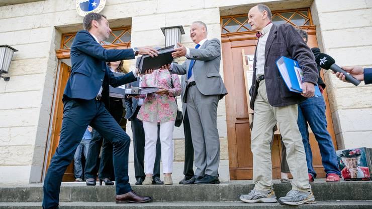 Übergabe der Lehrplan-21-Volksinitiative im Juni 2015 - die Aargauer Regierung hält nichts vom Anliegen. (Archiv)