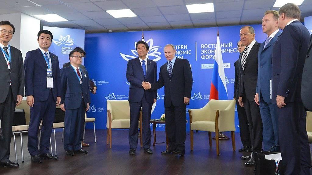 Vorsichtige Annäherung: Russlands Präsident Putin und Japans Regierungschef Abe bei einem Treffen in Wladiwostok. Russland bietet Japan Rohstoffe an und interessiert sich seinerseits für moderne Technik.