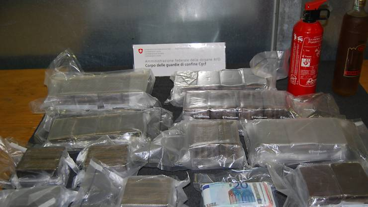 Die beiden Männer hatten neben 12,5 Kilogramm Haschisch auch Kokain im Auto versteckt.