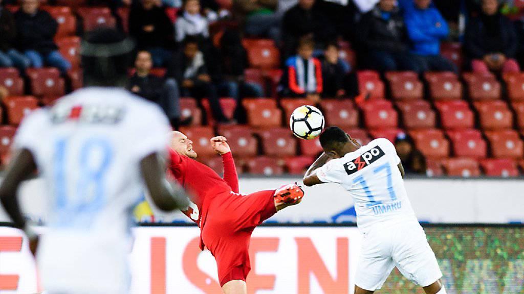Sion-Stürmer Marco Schneuwly kommt gegen Umaru Bungaru zu spät