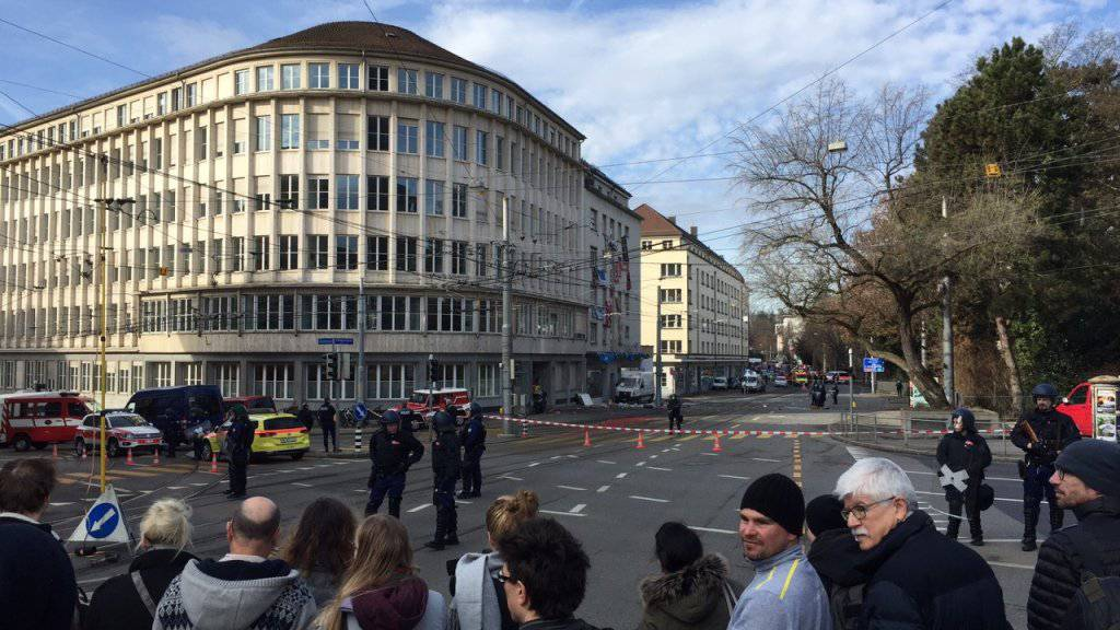Zahlreiche Schaulustige verfolgen den Polizeieinsatz vor einem besetzten Gebäude an der Berner Effingerstrasse.