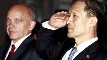 Zwei Verteidigungsminister treffen sich: Ueli Maurer und Kim Kwan-Jin