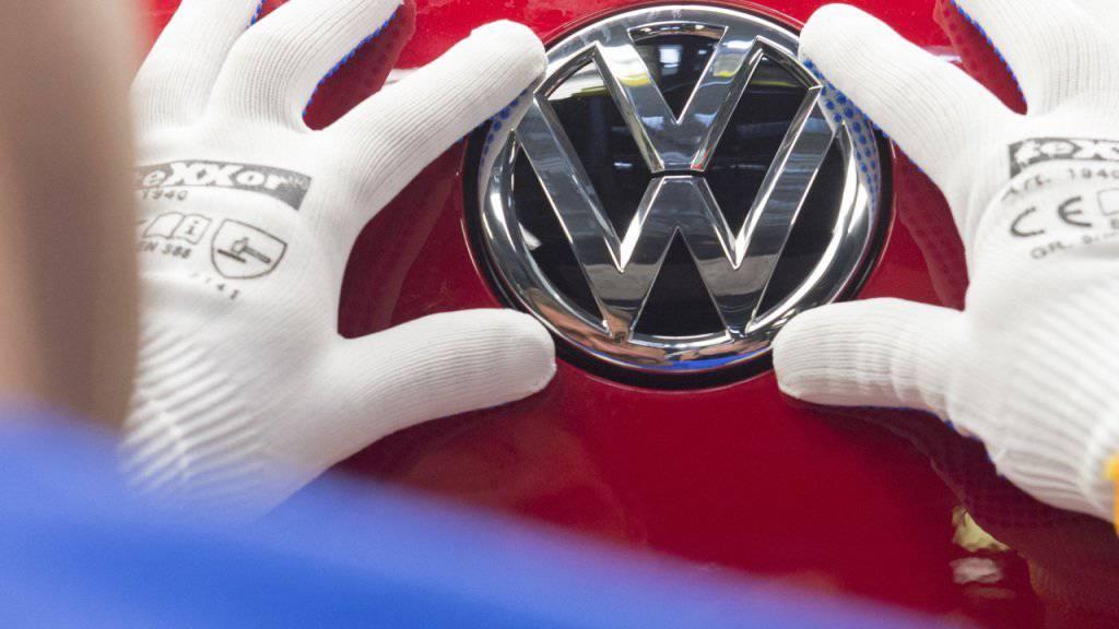 Dem deutschen Autohersteller Volkswagen droht Ungemach in den USA: Mit einer speziellen Funktion in seinen Autos soll es möglich sein, bei Abgastests zu tricksen. Die Strafe könnte in die Milliarden Dollar gehen. (Archivbild)
