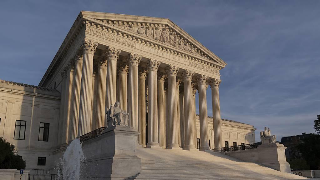 ARCHIV - Der Oberste Gerichtshof in Washington D.C. ist zu sehen. Nachdem einige republikanisch regierte Bundesstaaten Klage gegen die Gesundheitsreform Obamacare eingereicht haben, hat der Supreme Court diese nun abgewiesen. Foto: J. Scott Applewhite/AP/dpa