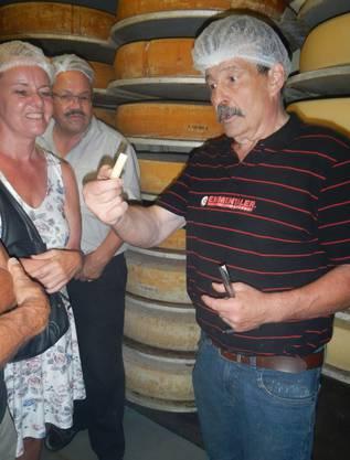 Jakob Beer überprüft die Qualität des Käse