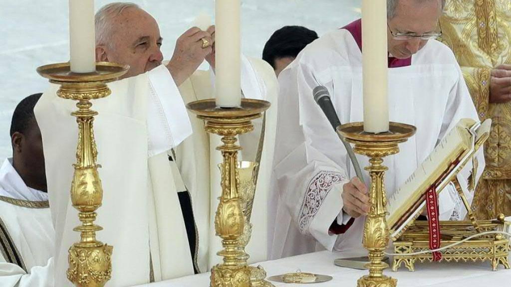 Papst Franziskus feiert die Ostermesse auf dem Petersplatz in Rom.