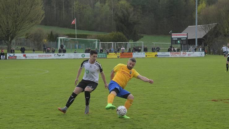 Am 14. April 2018 besiegte der FC Urdorf den FC Schlieren beim Derby mit 2:1: Der Urdorfer Rafael Sampaio Vieira (links) lieferte sich viele Zweikämpfe mit dem Schlieremer Giuseppe Sorrentino.