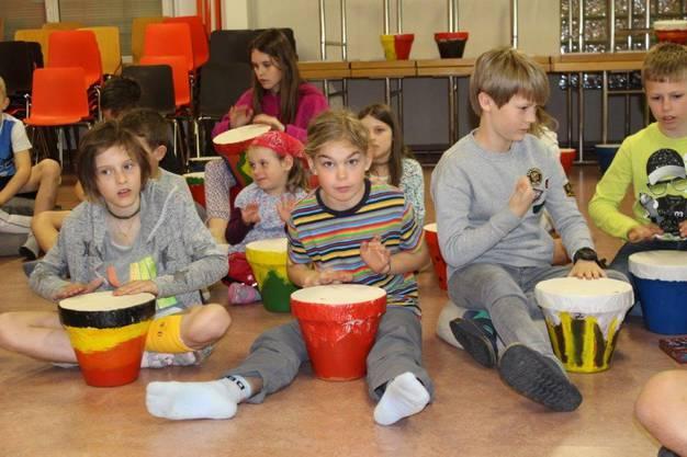 Jedes Kind hat seine eigene Trommel gebastelt und damit die Lieder begleitet.