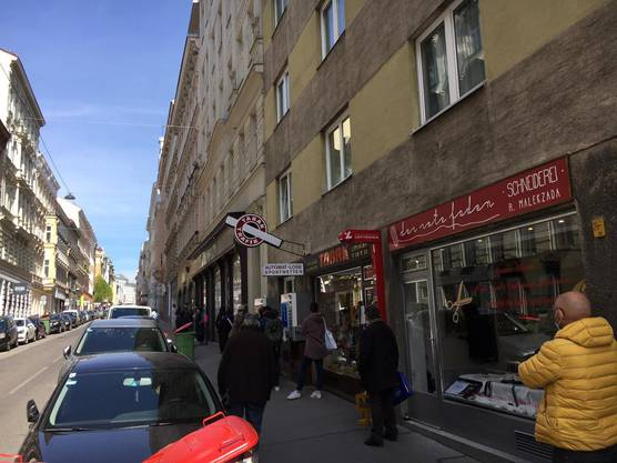 Vor dem Stoffladen bildete sich eine über 20 Meter lange Schlange. Viele tragen auch auf der Strasse Masken. (Bild: ZVG/watson.ch)