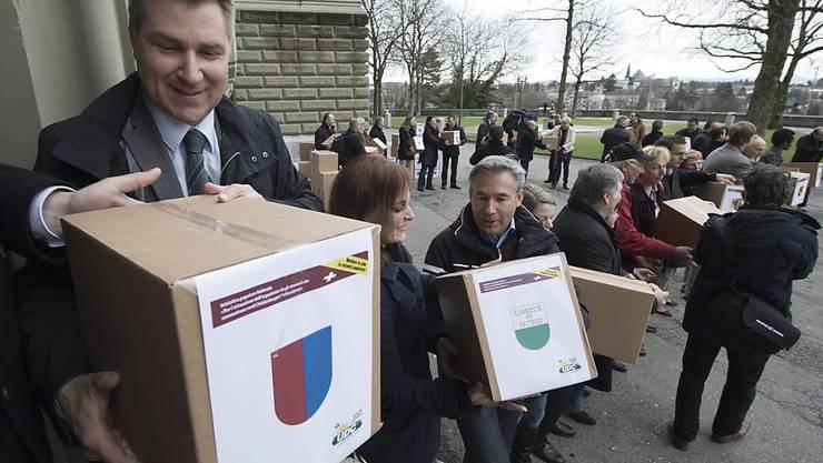 Die SVP (Parteipräsident Toni Brunner im Vordergrund) pocht auf die wortgetreue Umsetzung der 2010 angenommenen Ausschaffungsinitiative. Die Durchsetzungsinitiative soll dafür sorgen. (Archiv)