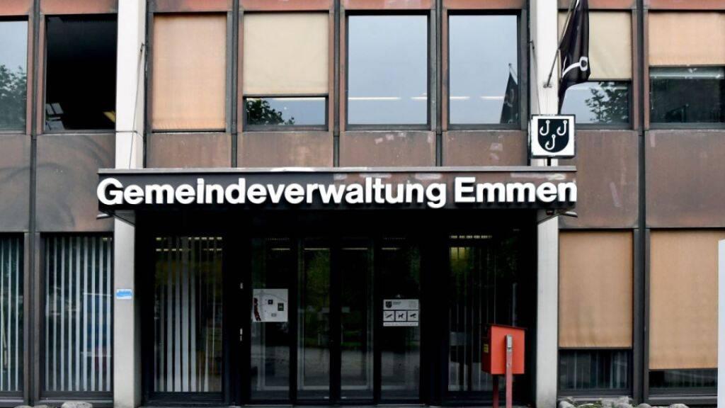 Die Gemeindeverwaltung von Emmen kann nur noch von Personen betreten werden, die einen Termin haben.