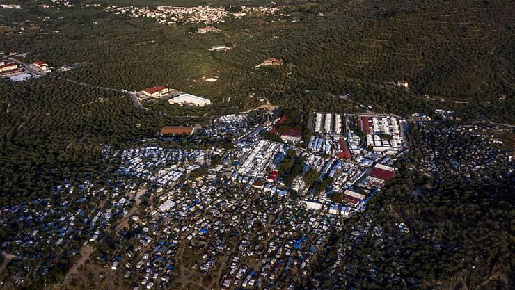 dpatopbilder - Blick auf das Flüchtlingslager Moria und angrenzende Behelfslager. Foto: Angelos Tzortzinis/dpa