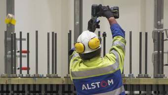 Ein Schweizer Alstom-Angestellter bei der Arbeit: Einige der einstigen Mitarbeiter mussten sich, nach der Übernahme von General Electric, eine neue Stelle suchen.