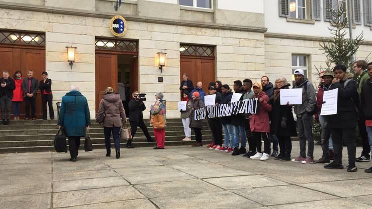 «Essen statt lernen? 1 Franken zählt»: Flüchtlinge demonstrieren am 28. November 2017 vor dem Grossratsgebäude gegen Kürzungen im Asylbereich.