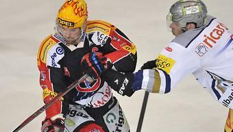 Christian Dubé (l.) wird von Zugs Patrick Fischer attackiert.