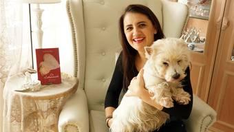 Etwas kitschige Liebesgeschichte: SuzAna Senn-Benes präsentiert mit ihrem Terrier Gino ihren Erstling «Der Liebesrausch».