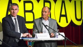 Bildungsdirektor Alex Hürzeler und Schulleiter Alois Zwyssig: Am gleichen Tisch, aber nicht gleicher Meinung. Chris Iseli