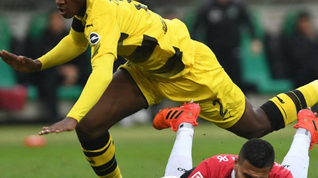 Kam gegen Hannover sprichwörtlich ins Stolpern: Dortmund, hier mit Dan-Axel Zagadou gegen Jonathas