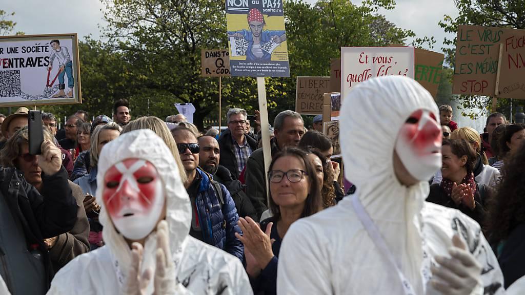 Demonstranten ziehen durch die Strassen von Genf, um gegen das Covid-Zertifikat zu protestieren.