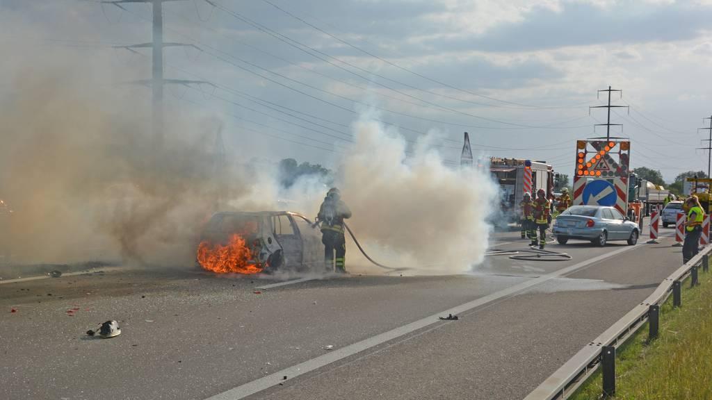 Auf der Autobahn A7 brannte ein Auto komplett aus.