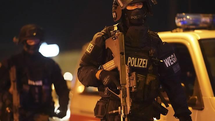 Schwer bewaffnete Polizisten in der Innenstadt von Wien. Foto: Georg Hochmuth/APA/dpa