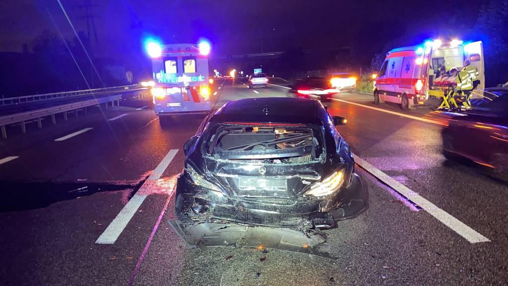 Lieferwagen fährt ungebremst in Autokolonne – zwei Verletzte