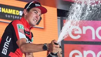 Champagner-Dusche inklusive: Silvan Dillier nach seinem Etappensieg auf dem Podest.