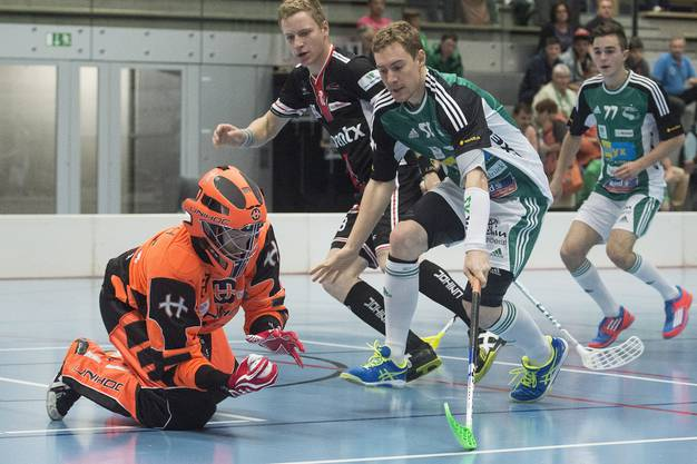Chur-Goalie Christoph Reich ist vor Wilers Patrick Mendelin (rechts) am Ball.