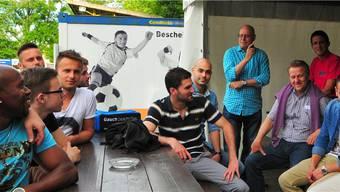 Verfrühte Abschlussfeier statt rauchendes Aufstiegsfest: Der abtretende FCL-Trainer Willy Neuenschwander (stehend) sprach noch einmal zu seiner Mannschaft.