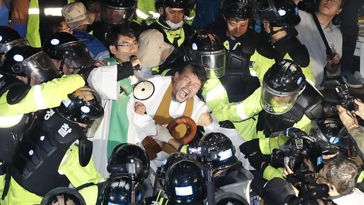 Bei Protesten gegen den Aufbau des US-Raketensystems THAAD in Südkorea ist es am Donnerstag zu Ausschreitungen gekommen.