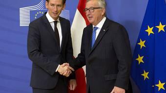 Österreichs neuer Bundeskanzler Kurz hat bei seinem Antrittsbesuch in Brüssel den pro-europäischen Kurs seiner rechtskonservativen Regierung bekräftigt. EU-Kommissionspräsident Juncker äusserte sich mit Blick auf die künftige Zusammenarbeit zuversichtlich.