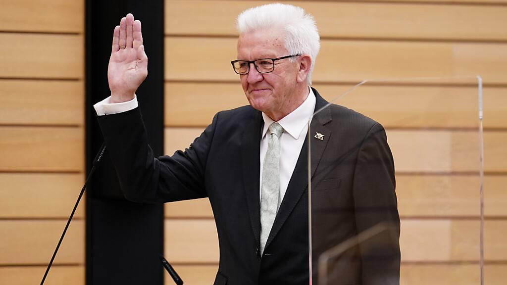 dpatopbilder - Auftaktsitzung des neu gewählten Landtags von Baden-Württemberg. Winfried Kretschmann (Bündnis 90/Die Grünen, l) legt seinen Amtseid als Ministerpräsident ab. Foto: Uwe Anspach/dpa-Pool/dpa