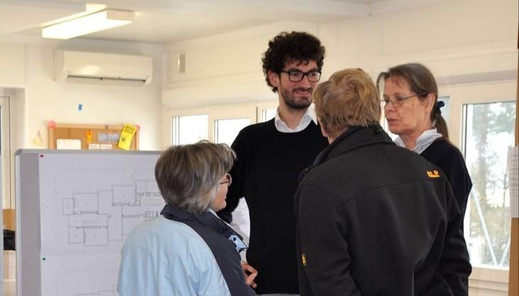 Architekt Guillermo Dürig mit interessierten Besuchern