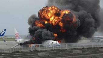 Es passierte kurz vor dem Abflug: Ein Triebwerk einer Boeing 767 auf dem Rollfeld des Flughafens Fort Lauderdale-Hollywood in Floria fängt Feuer.