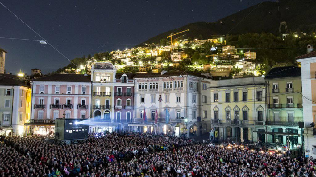 Dieses Bild wird Locarno die kommenden elf Tage dominieren: Die Filmvorführungen auf der Piazza Grande sind für das Publikum die Höhepunkte des Filmfestivals. (Archivbild)