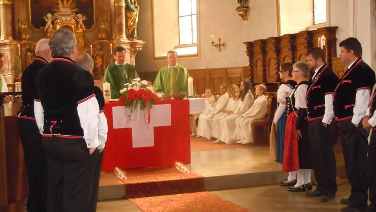 Pfarrer Reglinski und Dekan Jürg Schmid mit dem Jodelklub