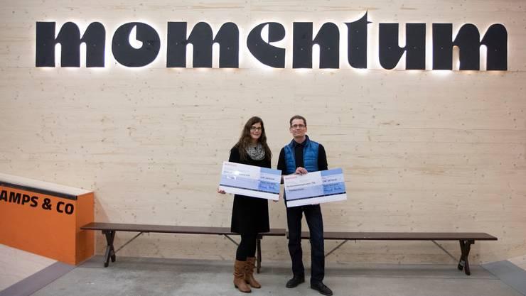 Andrea Rüegg von der Oltner Stiftung Horyzon und Alex Troitzsch von der Genossenschaft Trendsporthalle erhielten je einen Check vom Oltner 2-Stunden-Lauf.