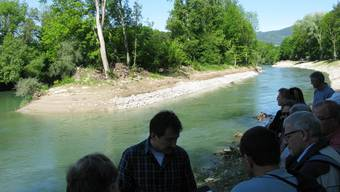 Der kantonale Wasserbauchef Gabriel Zenklusen (vorne) zeigt eines der neuen Seitengerinne bei Winznau, hier beim Zusammenfluss mit dem Hauptbett der Aare.