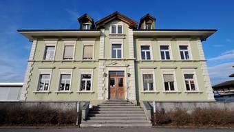 Die Kindergartenkinder und die 1.- und 2.-Klässler besuchen künftig die Schule der Wohngemeinde. Im Bild das Primarschulhaus Recherswil.