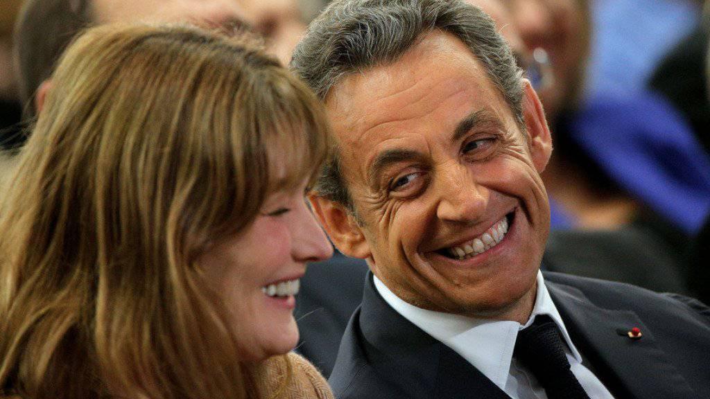 So lange Nicolas Sarkozy (rechts) treu ist, passiert ihm nichts: Anderenfalls könnte ihm Ehefrau Carla Bruni-Sarkozy (links) die Ohren abschneiden. (Archiv)