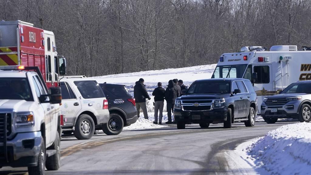 Strafverfolgungspersonal und Ersthelfer versammeln sich außerhalb eines Krankenhauses im US-Bundesstaat Minnesota. Ein Schütze hatte in der Allina Health Clinic das Feuer eröffnet. Foto: David Joles/Star Tribune/AP/dpa