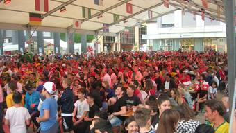 Friedliches Miteinander: Beim WM-Public-Viewing auf dem Kirchplatz fieberten insgesamt rund 20 000 Zuschauer mit den Fussballern mit. (Archivbild)